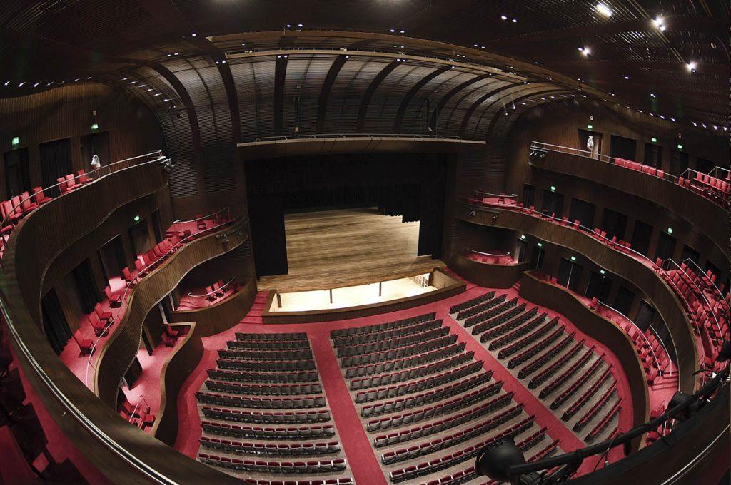 Foto de la sala principal del Teatro del Bicentenario de San Juan, donde se aprecian los niveles